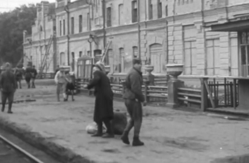 Солдат на железнодорожной станции